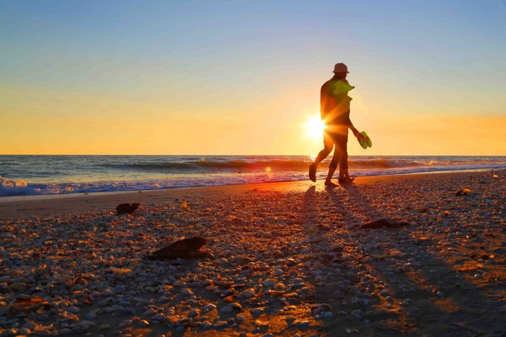 blog-sunset-beach-walk-sanibel-island-florida-1024x683